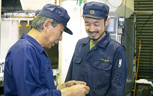笑顔で話す従業員たち
