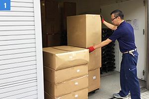 荷物を倉庫にしまう社員